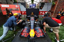 Los fanáticos compiten en el Red Bull Racing Pit Stop Challenge