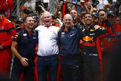Daniel Ricciardo, Red Bull Racing, celebrates victory alongside Christian Horner, Team Principal, Red Bull Racing, Helmut Markko, Consultant, Red Bull Racing and Adrian Newey, Chief Technical Officer, Red Bull Racing