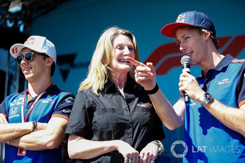 Pierre Gasly, Toro Rosso, et Brendon Hartley, Toro Rosso, avec Louise Goodman