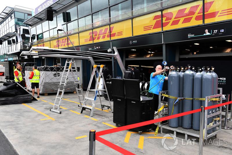 Preparazione del box dell'Alfa Romeo Sauber F1 Team