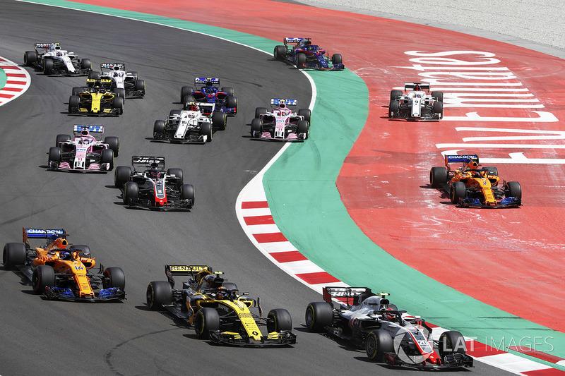 Inicio: Kevin Magnussen, Haas F1 Team VF-18, lidera Carlos Sainz Jr., Renault Sport F1 Team R.S. 18, Fernando Alonso, McLaren MCL33 y Romain Grosjean, Haas F1 Team VF-18, como Stoffel Vandoorne, McLaren MCL33, y Marcus Ericsson, Sauber C37, corren de par e