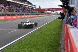 Le vainqueur, Lewis Hamilton, Mercedes-AMG F1 W09, franchit la ligne