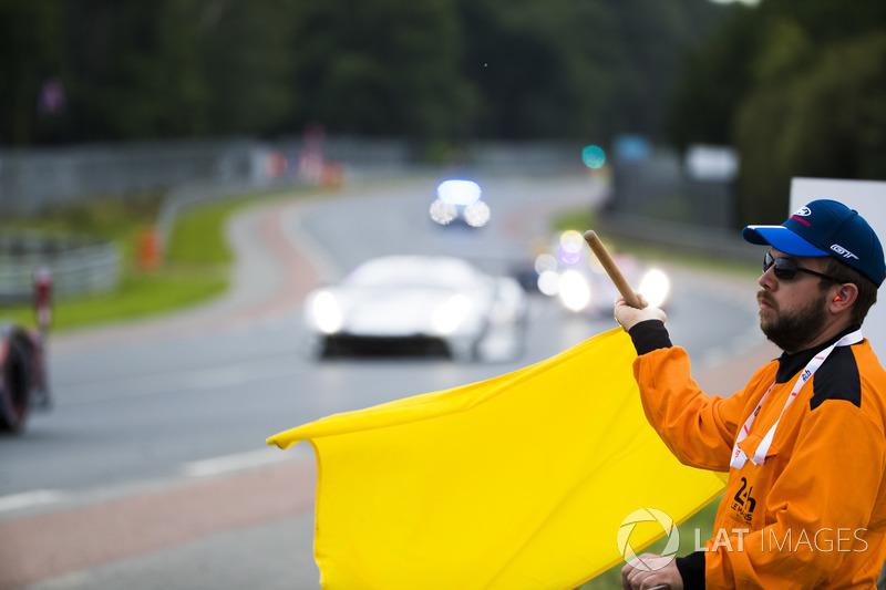Un marshal sventola la bandiera gialla
