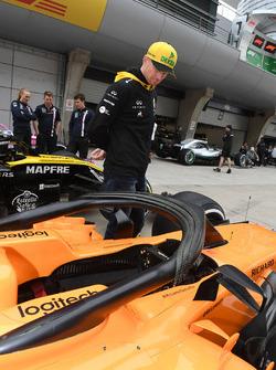 Nico Hulkenberg, Renault Sport F1 Team regarde la McLaren MCL33
