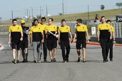 Carlos Sainz Jr., Renault Sport F1 Team walks the track with the team