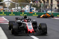 Кевин Магнуссен, Haas F1 Team VF-18, и Фернандо Алонсо, McLaren MCL33