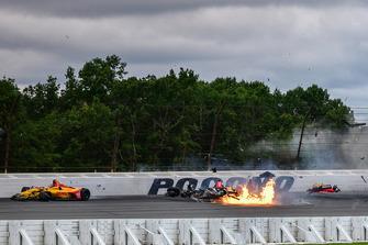 El accidente entre Robert Wickens, Schmidt Peterson Motorsports Honda, James Hinchcliffe, Schmidt Peterson Motorsports Honda, Ryan Hunter-Reay, Andretti Autosport Honda, Pietro Fittipaldi, Dale Coyne Racing Honda / Todd Dziadosz