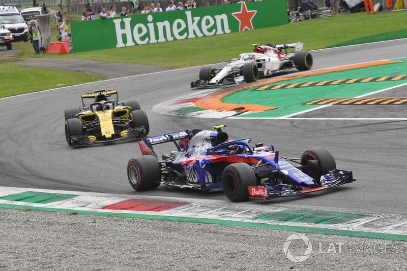 Pierre Gasly, Scuderia Toro Rosso STR13, Nico Hulkenberg, Renault Sport F1 Team R.S. 18 and Charles Leclerc, Sauber C37 battle