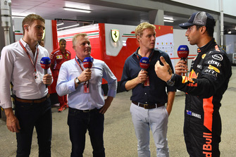 Paul di Resta, Sky TV, Johnny Herbert, Sky TV, Simon Lazenby, Sky TV discutent avec Daniel Ricciardo, Red Bull Racing