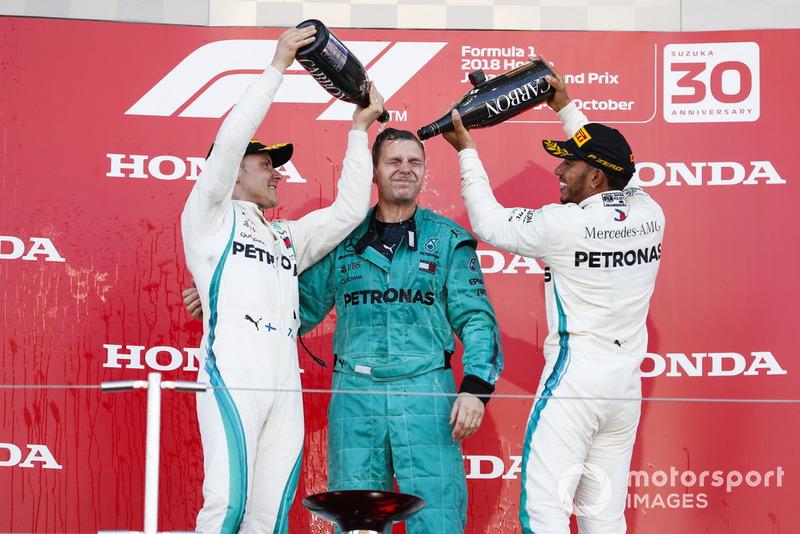 Lewis Hamilton, Mercedes AMG F1,y Valtteri Bottas, Mercedes AMG F1, celebran con su compañero de Mercedes