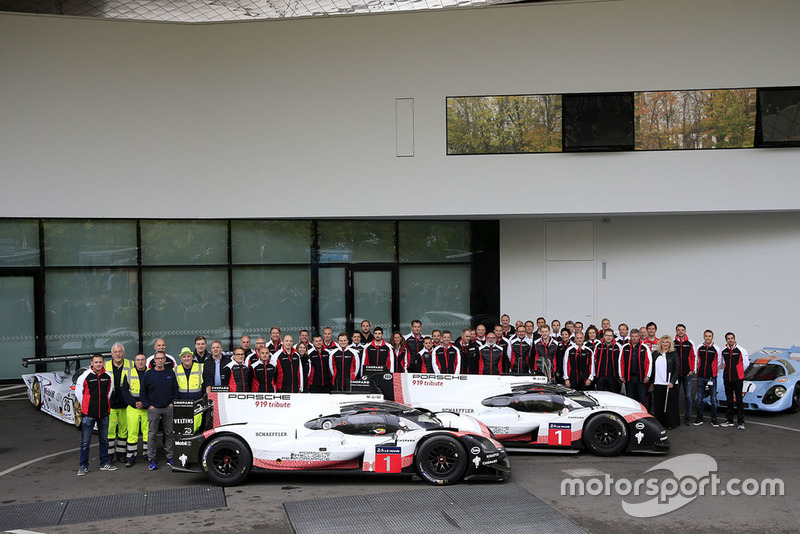 Porsche team group photo with the Porsche 919 Hybrid Evo
