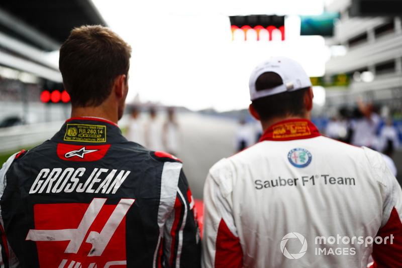 Romain Grosjean, Haas F1 Team, e Charles Leclerc, Sauber, in griglia di partenza per l'inno nazionale