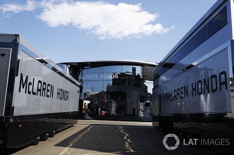 Вантажівка та моторхоум McLaren Honda