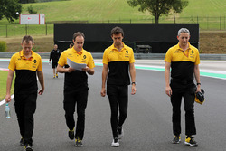 Jolyon Palmer, Renault Sport F1 Team RS17 walks the track