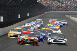 Start: Kyle Busch, Joe Gibbs Racing Toyota, Kevin Harvick, Stewart-Haas Racing Ford