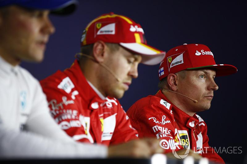Kimi Raikkonen, Ferrari, pole man Sebastian Vettel, Ferrari, Valtteri Bottas, Mercedes AMG F1, en la conferencia de prensa