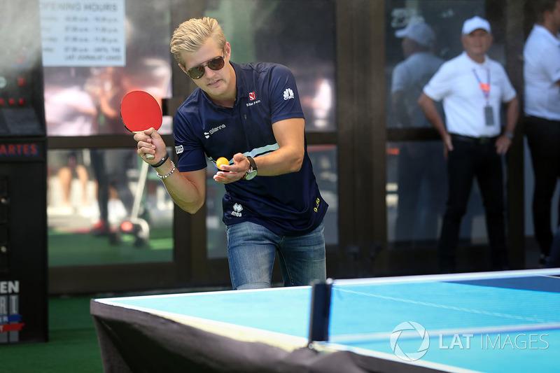 Маркус Ерікссон, Sauber, грає у настильний теніс