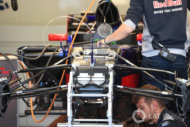 Scuderia Toro Rosso STR12, detalle de la suspensión delantera y el chasis