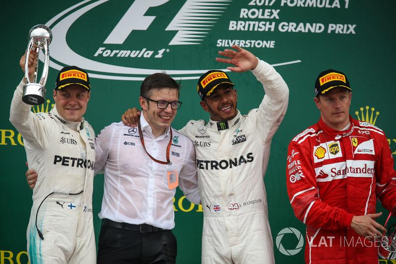 Podium: 1. Lewis Hamilton, Mercedes AMG F1; 2. Valtteri Bottas, Mercedes AMG F1; 3. Kimi Raikkonen, Ferrari, mit Peter Bonnington, Mercedes-Renningenieur