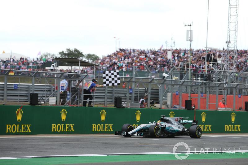 Lewis Hamilton, Mercedes AMG F1 W08, ganador de la carrera se lleva la bandera a cuadros
