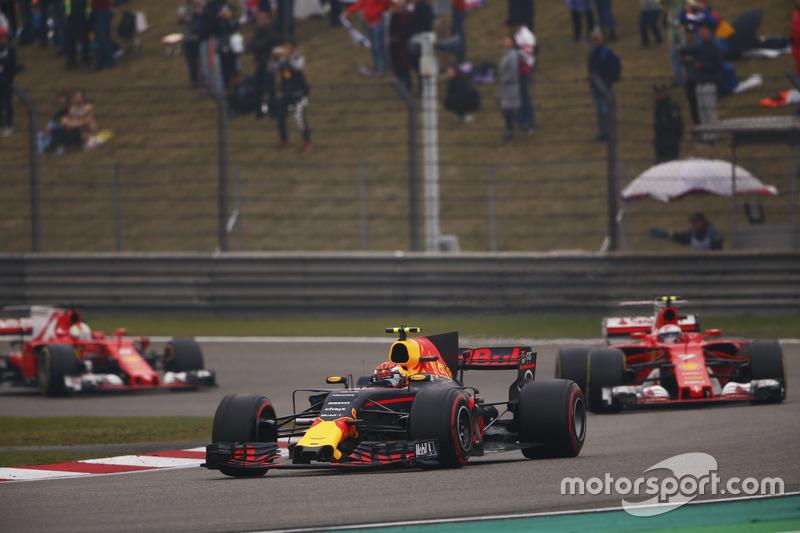 Max Verstappen, Red Bull Racing RB13, lidera a Kimi Raikkonen, Ferrari SF70H y Sebastian Vettel, Ferrari SF70H
