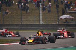 Max Verstappen, Red Bull Racing RB13, leads Kimi Raikkonen, Ferrari SF70H and Sebastian Vettel, Ferrari SF70H