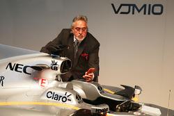 Dr. Vijay Mallya, dueño del equipo Sahara Force India F1 Team con el Sahara Force India F1 VJM10