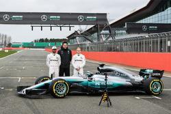 Lewis Hamilton, Valtteri Bottas und Mercedes-Sportchef Toto Wolff mit dem Mercedes W08