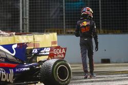 Daniil Kvyat marche à côté de sa Scuderia Toro Rosso STR12