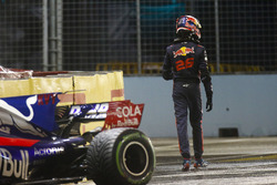 Daniil Kvyat, Scuderia Toro Rosso STR12, nach Crash
