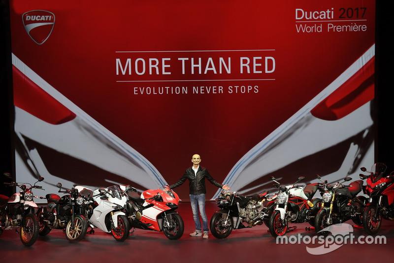 Ducati-Chef Claudio Domenicali mit seinen Bikes