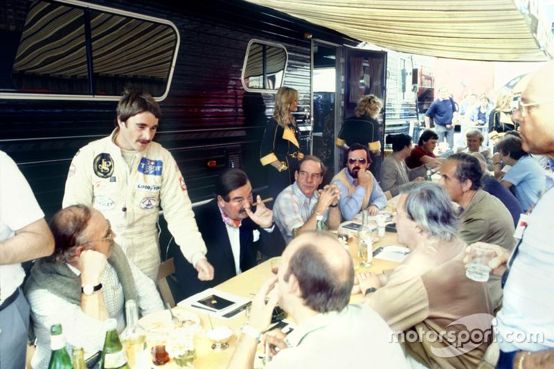 Nigel Mansell, Lotus 91-Ford, habla con la prensa británica con Nigel Roebuck, Murray Walker, John B