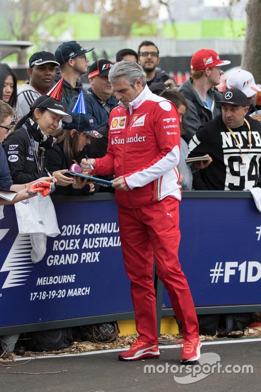 Maurizio Arrivabene signe des autographes