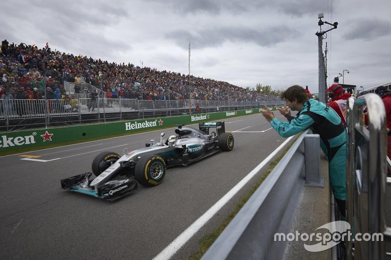 Переможець гонки Льюїс Хемілтон, Mercedes AMG F1 W07 Hybrid, святкує після закінчення гонки