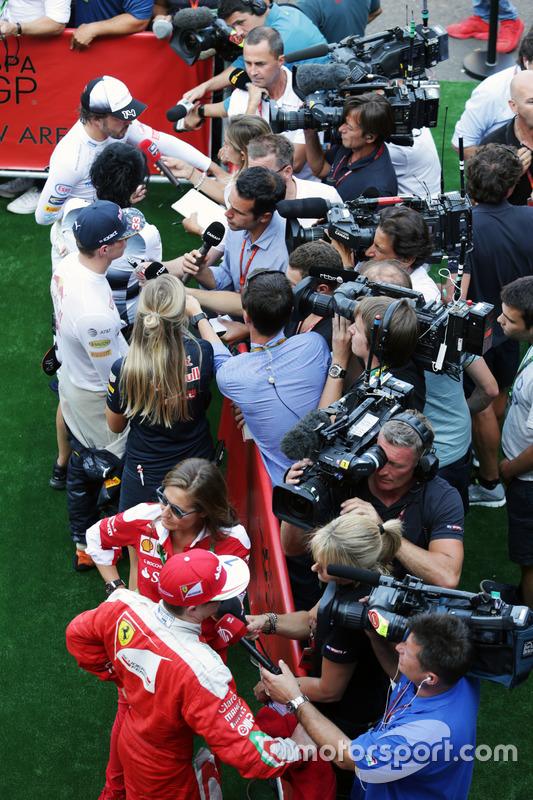 (Dall'alto verso il basso): Fernando Alonso, McLaren; Max Verstappen, Red Bull Racing; e Kimi Raikkonen, Ferrari, con i media
