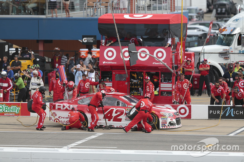 Kyle Larson, Chip Ganassi Racing Chevrolet, pit action