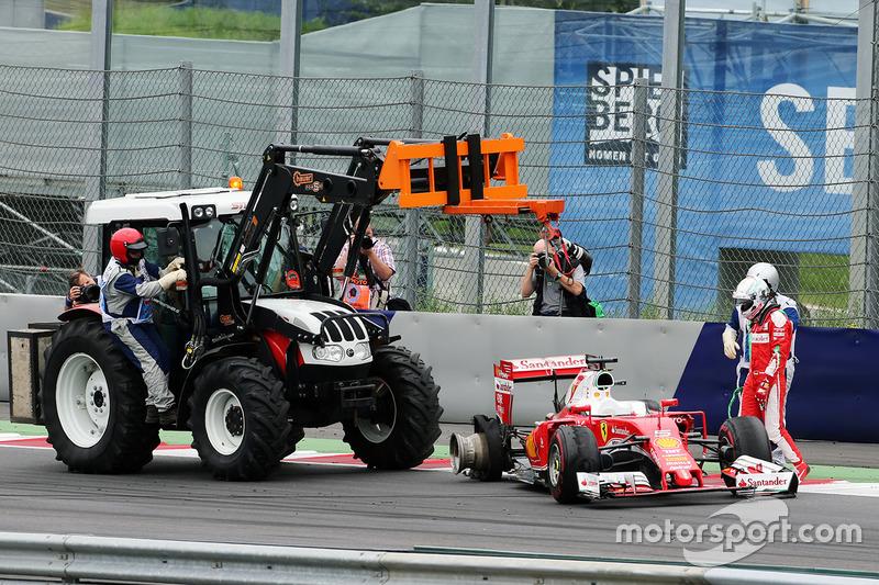 Sebastian Vettel, Ferrari SF16-H si ritira dalla gara per l'esplosione della gomma posteriore