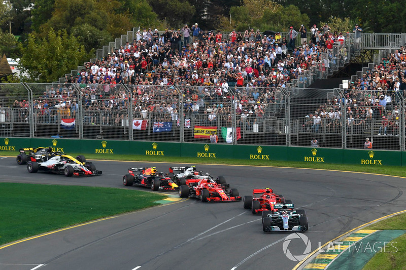 Lewis Hamilton, Mercedes-AMG F1 W09 leads at the start