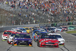 Start: Kurt Busch, Stewart-Haas Racing Ford, Denny Hamlin, Joe Gibbs Racing Toyota