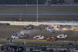 Kurt Busch, Stewart-Haas Racing Ford, Ricky Stenhouse Jr., Roush Fenway Racing Ford, Brendan Gaughan, Beard Motorsports Chevrolet, pris dans un crash
