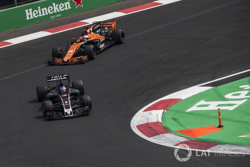 Romain Grosjean, Haas F1 Team VF-17 y Fernando Alonso, McLaren MCL32 battle