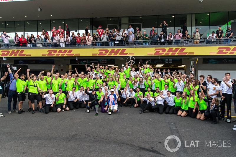 Campeón del Mundo 2017, Lewis Hamilton, Mercedes AMG F1 celebra con su madre Carmen Lockhart y el equipo.