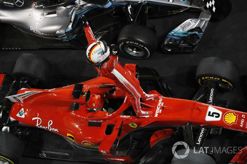 Sebastian Vettel, Ferrari, melakukan selebrasi di Parc Ferme