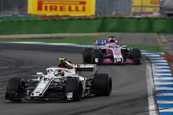 Charles Leclerc, Sauber C37, delante de Sergio Perez, Force India VJM11