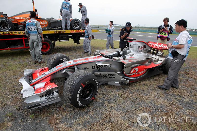 El coche de Lewis Hamilton, McLaren Mercedes MP4 / 22 después de retirarse de la carrera