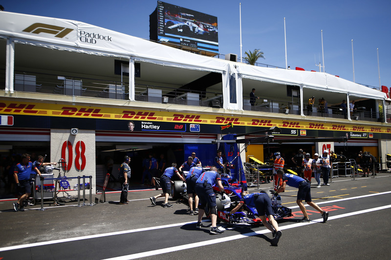 Brendon Hartley, Toro Rosso STR13, is returned to the garage