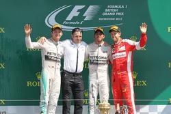 Podium: tweede plaats Nico Rosberg, Mercedes AMG F1, Peter Bonnington, Mercedes AMG F1 race enginee