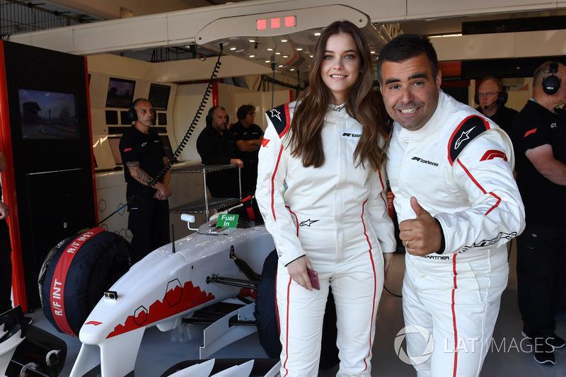 F1 Experiences: Model Barbara Palvin bersama Zsolt Baumgartner, pengemudi mobil F1 Experiences