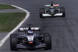 Mika Hakkinen, McLaren Mercedes MP4/16, devance Pedro de la Rosa, Jaguar R2