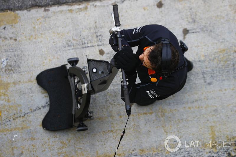 Механик McLaren в ожидании пит-стопа Стоффеля Вандорна